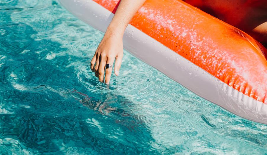 Πώς να παραμείνουμε υγιείς ενώ κολυμπάμε σε πισίνα φέτος το καλοκαίρι