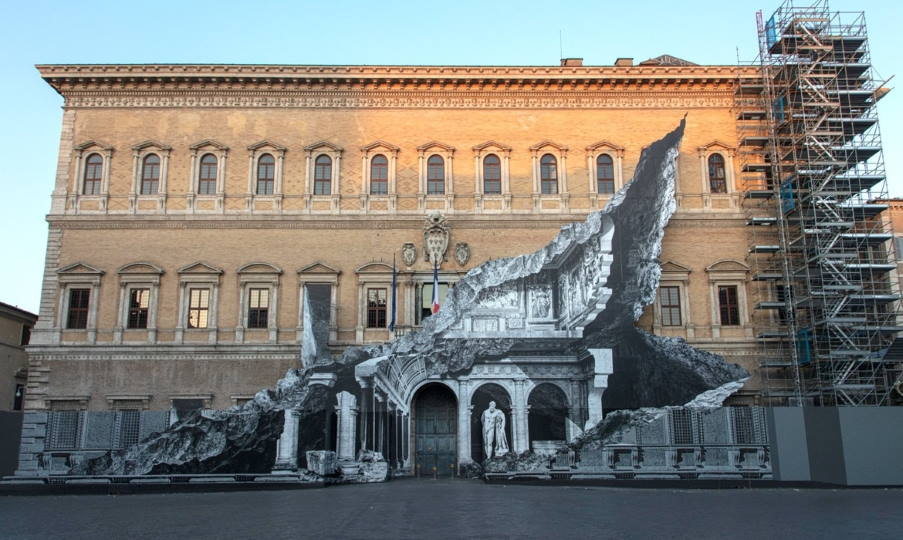 Ρώμη: Ο καλλιτέχνης JR δημιούργησε μια εκθαμβωτική οφθαλμαπάτη σε ιστορικό κτίριο (Φωτογραφίες)