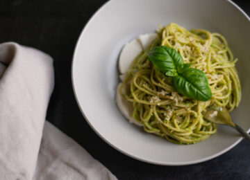 Συνταγή: Δροσιστικά ζυμαρικά με υγιεινή κρεμώδη σάλτσα αβοκάντο