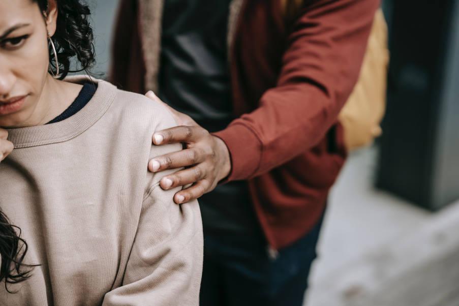 4 χρήσιμα βήματα για να αντιμετωπίσουμε τη ζήλια στις σχέσεις, σύμφωνα με μια ψυχολόγο