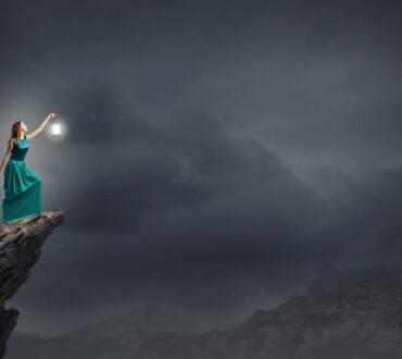 «Δεν φωτιζόμαστε κοιτάζοντας το φως, αλλά βυθιζόμενοι στο σκοτάδι μας» | Carl Gustav Jung