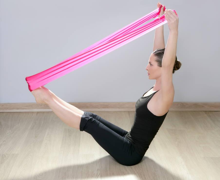 Yoga: Πώς να φτιάξουμε σωστή στάση σώματος χρησιμοποιώντας λάστιχο αντίστασης (βίντεο)
