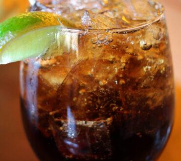 Τα ποτά διαίτης πιθανώς να ξεγελούν τον εγκέφαλο ώστε να αισθανόμαστε πεινασμένοι