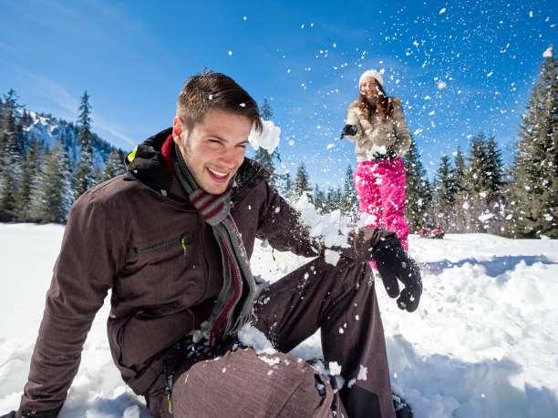 ζευγάρι χιονοπόλεμος παιχνίδι