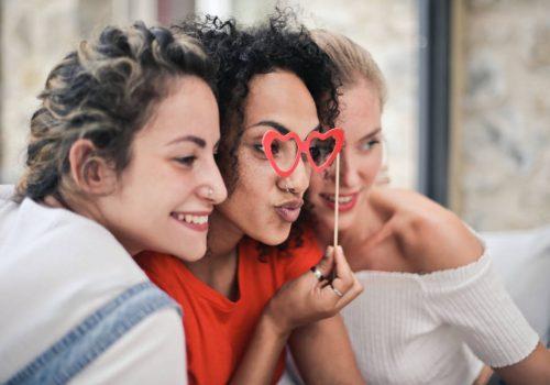 «Το φαινόμενο της μαζορέτας»: Φαινόμαστε πιο ελκυστικοί όταν είμαστε μόνοι μας ή με παρέα;