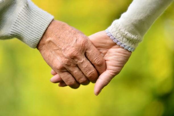 Ηλικιωμένο ζευγάρι κρατιέται χέρι χέρι αποδεικνύοντας ότι η αιώνια αγάπη υπάρχει