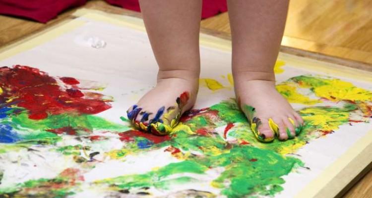 παιδί παίζει με χρώματα ζωγραφική τέχνη